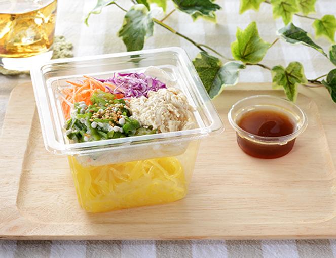 公式サイトで掲載された「胡麻マヨ蒸し鶏のこんにゃく麺サラダ」の画像