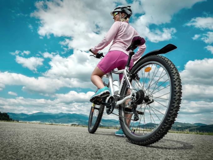 サイクリングしている女性の画像