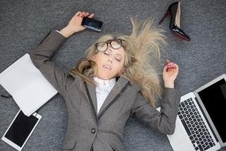 床に仰向けで倒れこんでいる女性