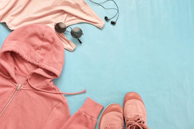 ピンクのパーカーとスニーカーの画像