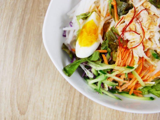 お皿に移した「野菜たっぷり! ピリ辛ごまだれで食べるパスタサラダ」のアップ画像