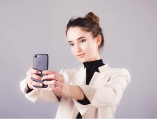 自分の横顔やうしろ姿が見られる!?身だしなみチェックに大活躍するアプリ「時撮りカメラ」