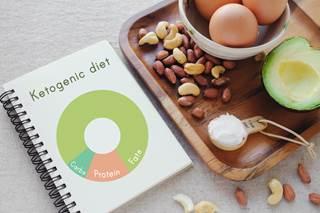食事バランスノートと卵とナッツとアボカド