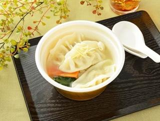 小腹が空いたときにちょうどいい!体も温まるローソンの「鶏だしと生姜の餃子スープ」