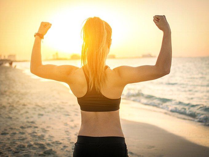 両腕を上げる女性