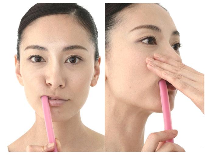 歯ブラシの後ろを使って歯ぐきマッサージをしている写真