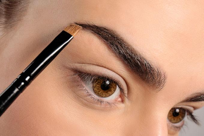 眉を描いている女性の目元の画像
