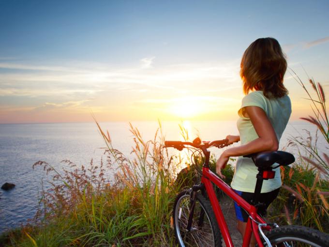 自転車で旅に出る女性