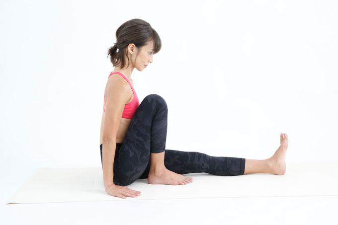脚を正面に伸ばして座り、右ひざを立てる