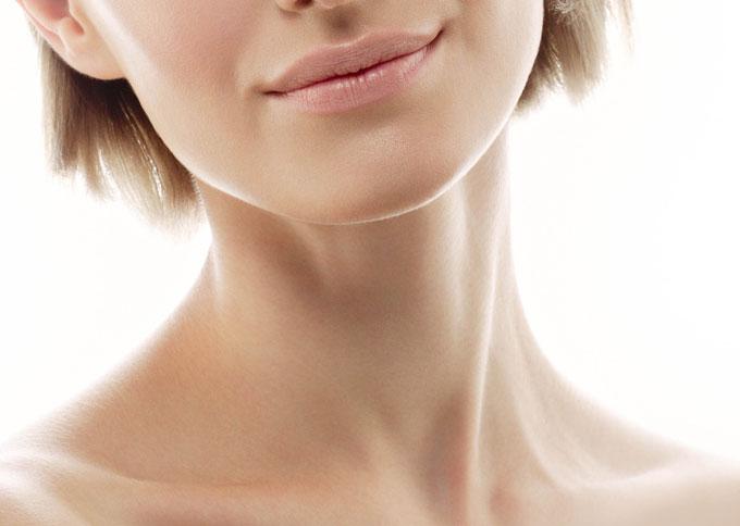 女性の首筋の画像