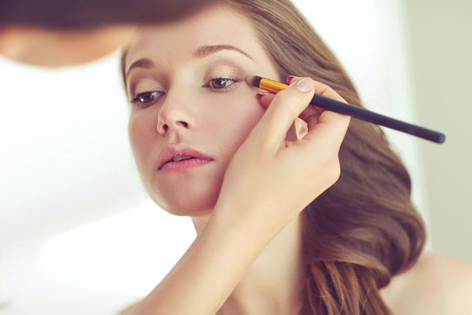 アイシャドウを塗ってる女性の画像