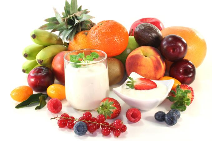 色とりどりのフルーツとヨーグルトの画像