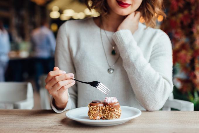 カフェでスイーツを食べる女性
