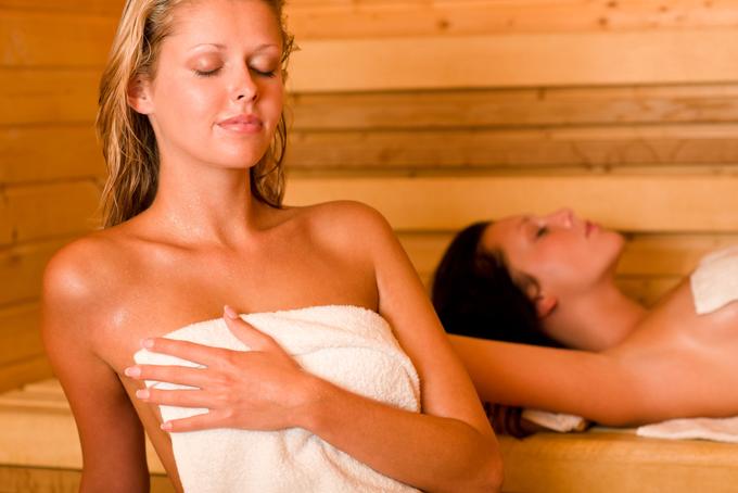 汗を掻く女性の画像