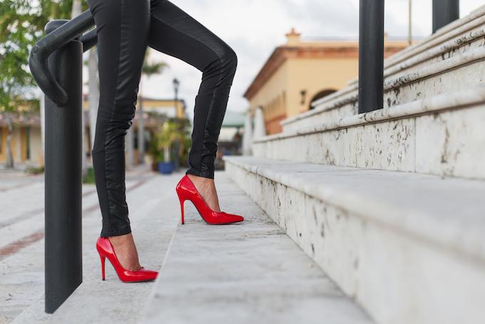 ヒール靴を履いて階段を上っている画像