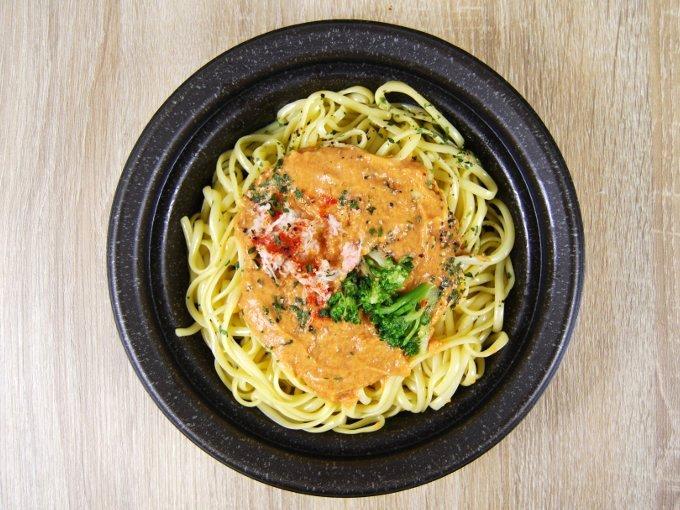 容器のふたを外した「蟹のトマトクリームパスタ」の画像
