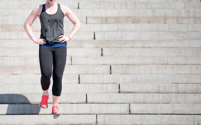 階段を歩いて降りる女性の画像