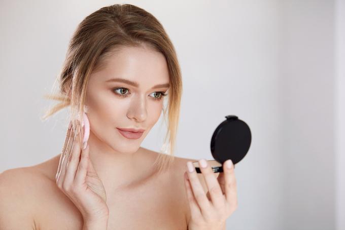 化粧中の女性の画像