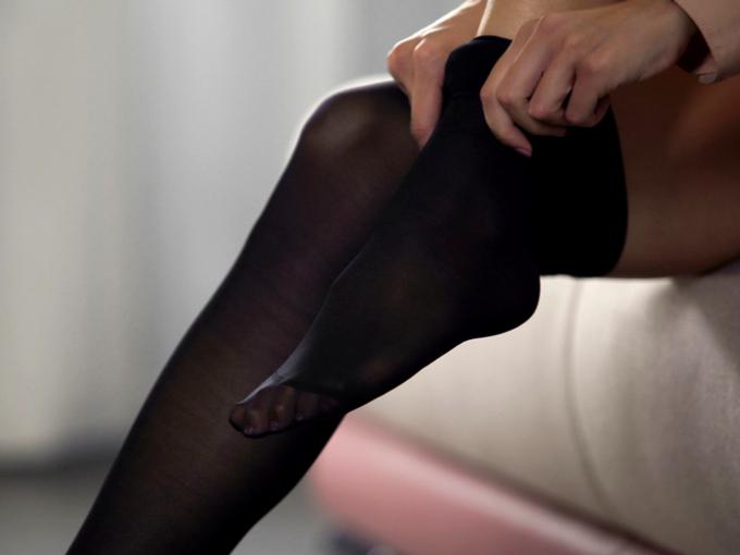 黒いソックスを履く女性