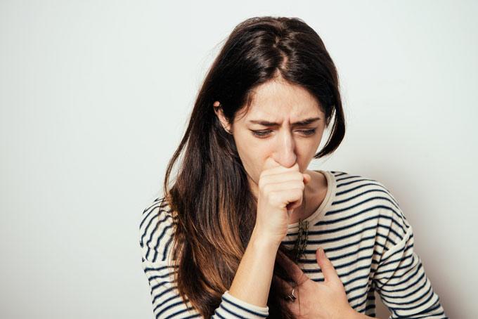 咳をしている女性の画像