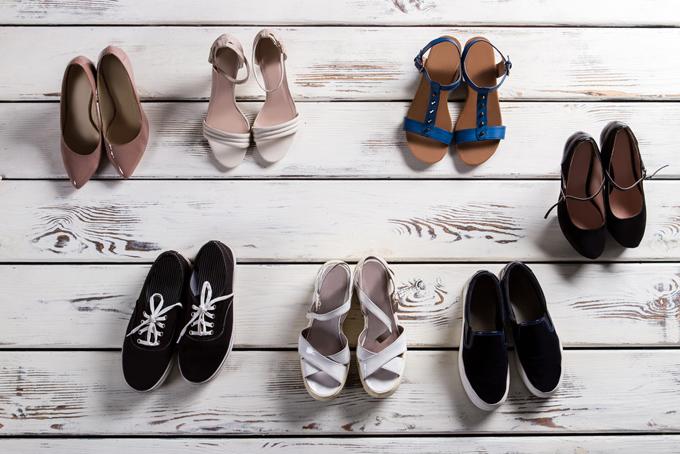 たくさん並べられた靴の画像