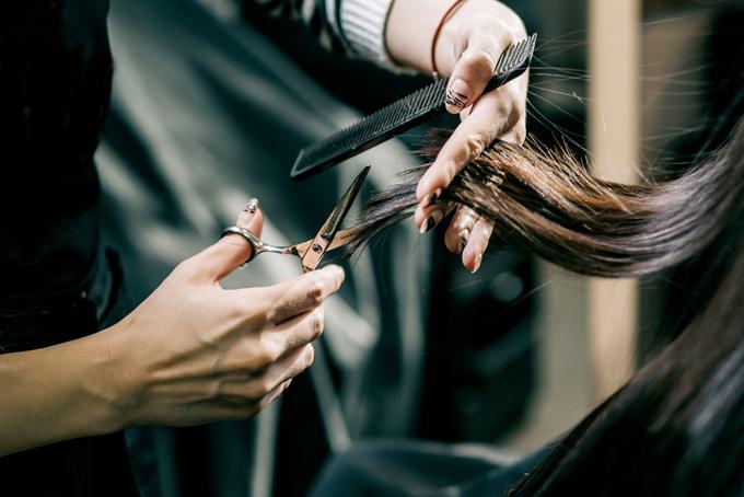 ヘアカットしている美容師の手元の画像