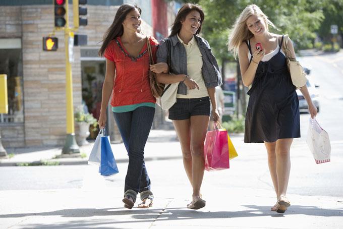 ショッピングを楽しむ3人の女性の画像