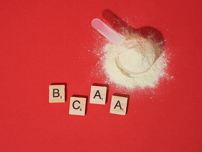 BCAAのブロックとパウダー