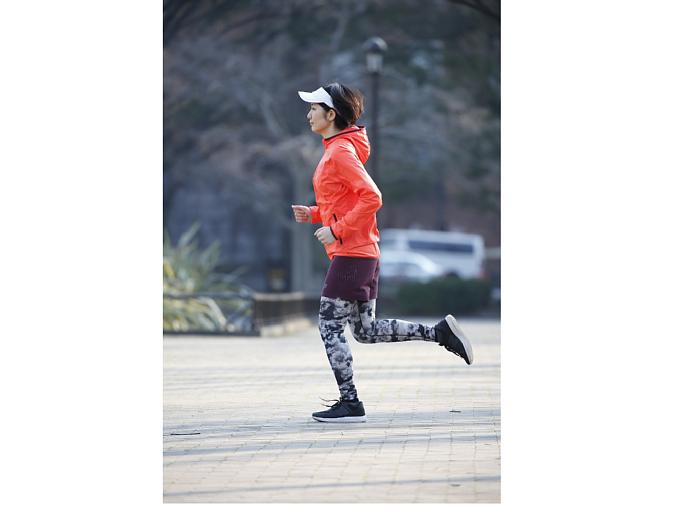正しいフォームで走る女性