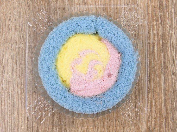 パッケージを開けた「プレミアムカラフルユニコーンロールケーキ」の画像