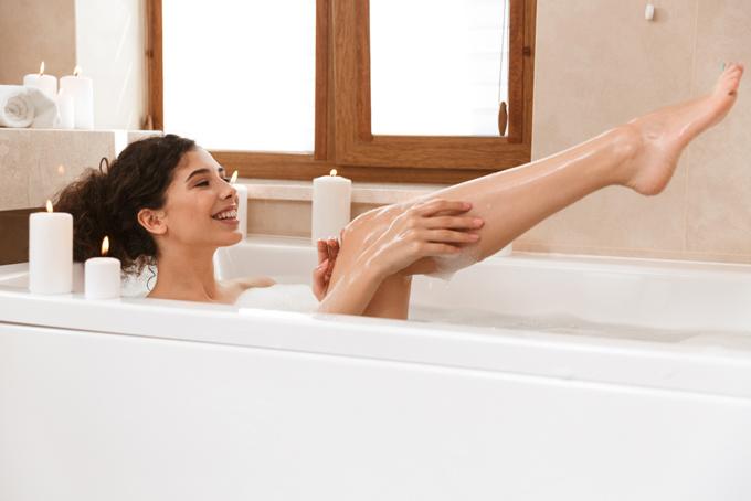 入浴しながら肌を見ている女性の画像