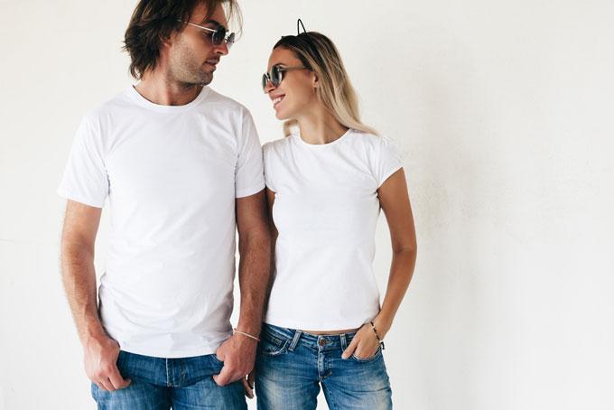 白いTシャツを着た男女の画像