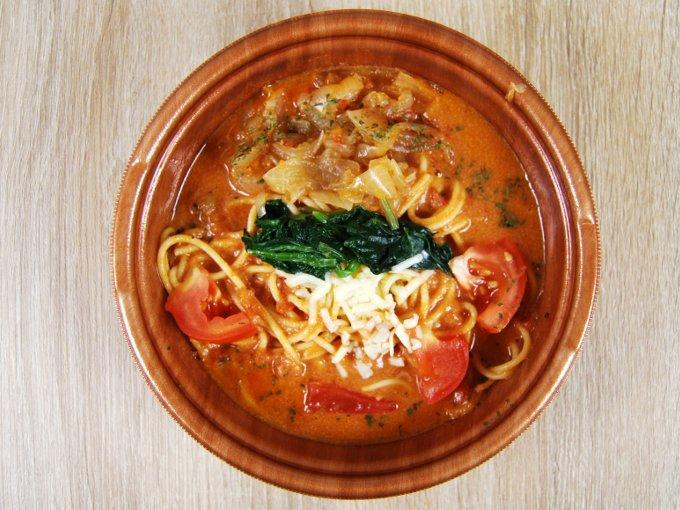 容器のふたを外した「1/2日分野菜 トマトクリームのスープパスタ」の画像