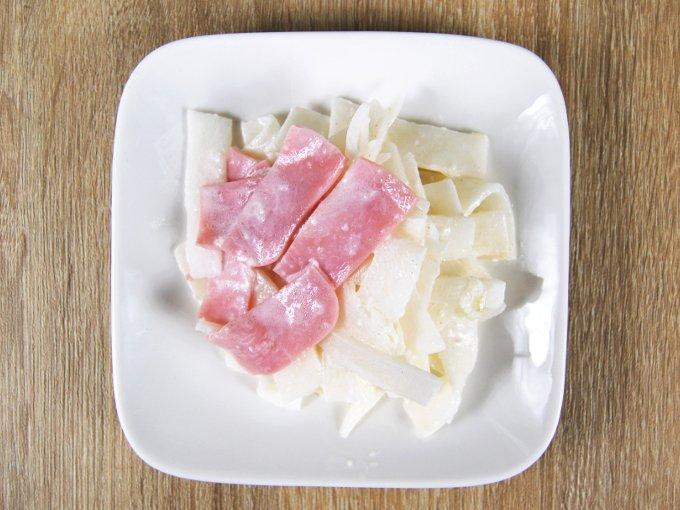 お皿に移した「大根とハムのフレンチドレッシングマリネ」の画像