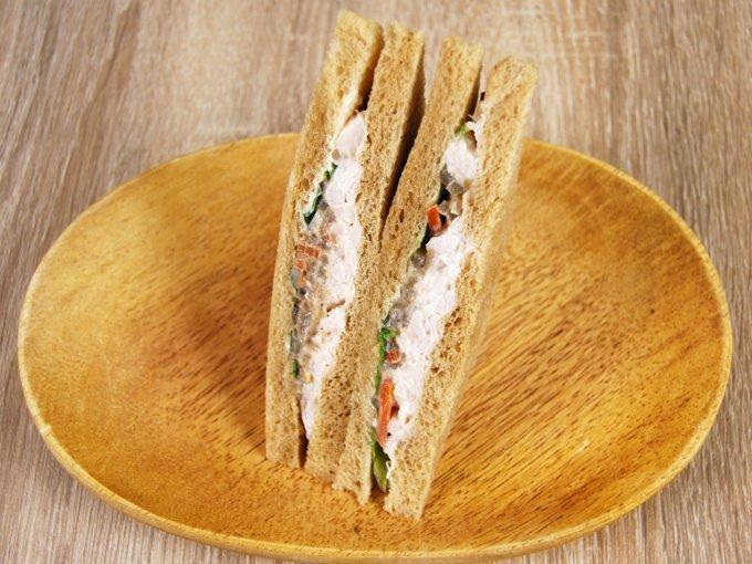 お皿に移した「全粒粉サンド 蒸し鶏と根菜のサラダ」の画像