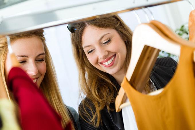 洋服を選ぶ2人の女性の画像