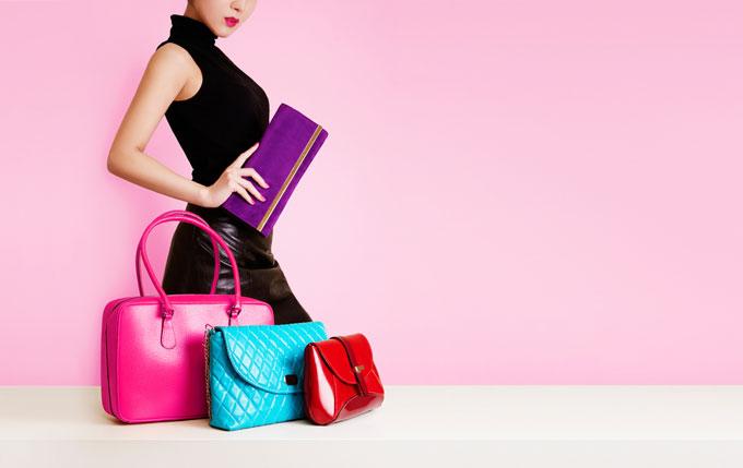 カラフルなバッグやポーチと横たわっている女性の画像