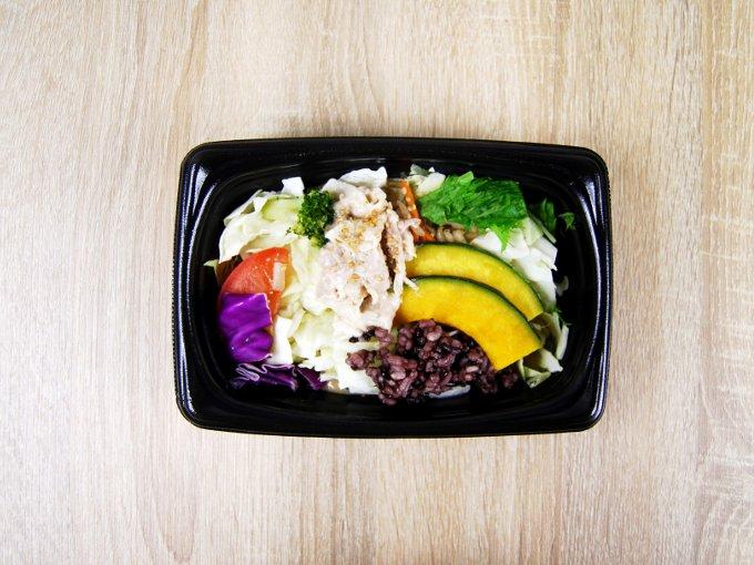 容器のふたを外した「クリーミー胡麻ホットサラダ」の画像
