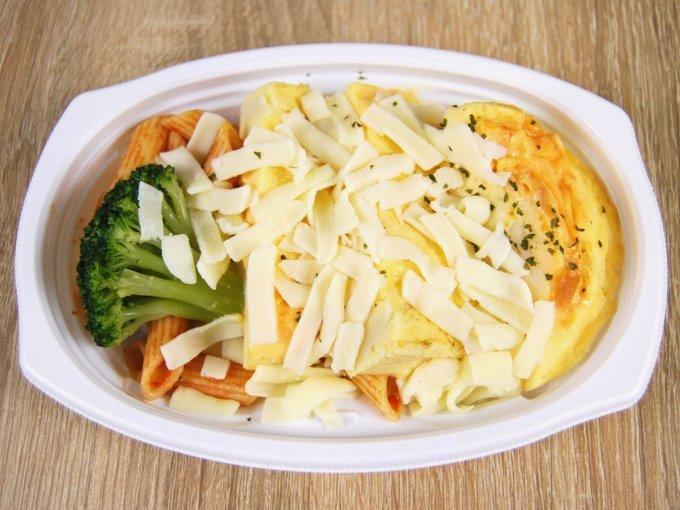 容器のふたを外した「チーズオムレツ」の画像