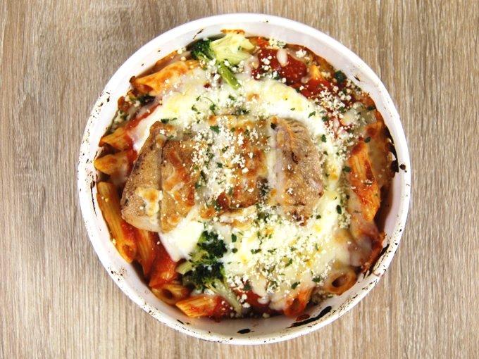 容器のふたを外した「チキンとトマトソースのグラタン」の画像