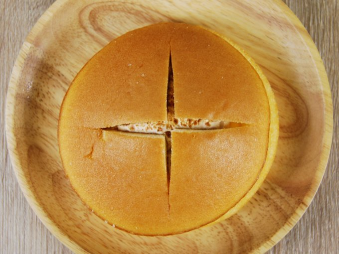 お皿に移した「ダブルクリームサンド(キャラメル&ホイップ)」の画像