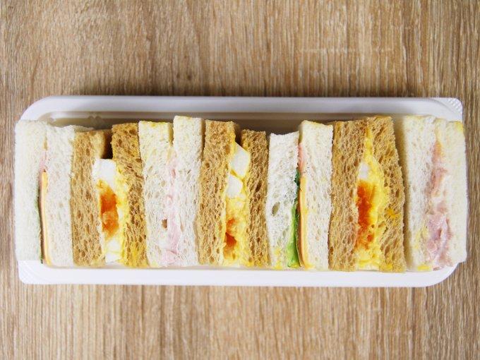 容器のふたを外した「全粒粉入りパン使用ミックスサンドBOX」の画像