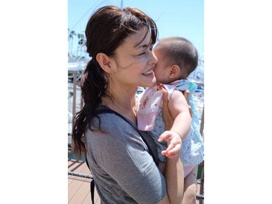 赤ちゃんを抱く鈴木さん