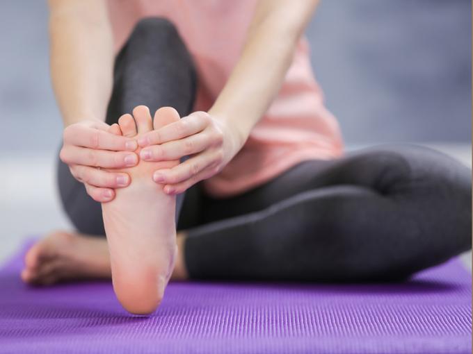 足裏をマッサージしている女性の足裏画像