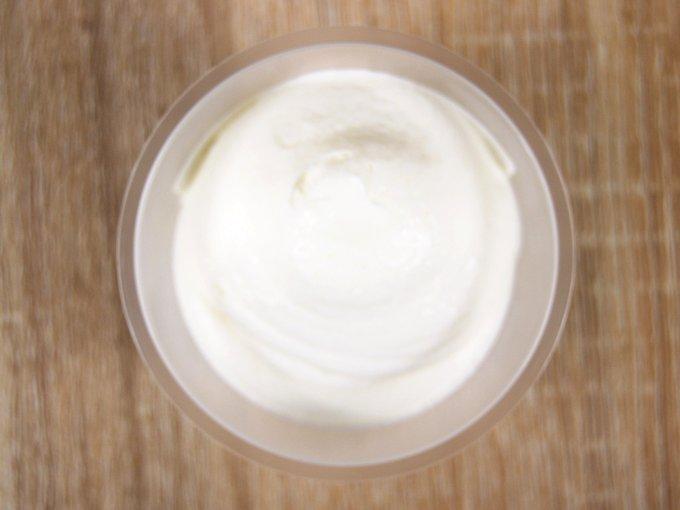容器のふたを外した「プレミアムロールケーキのクリーム」の画像