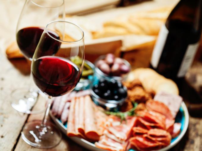 テーブルに並ぶ赤ワイン