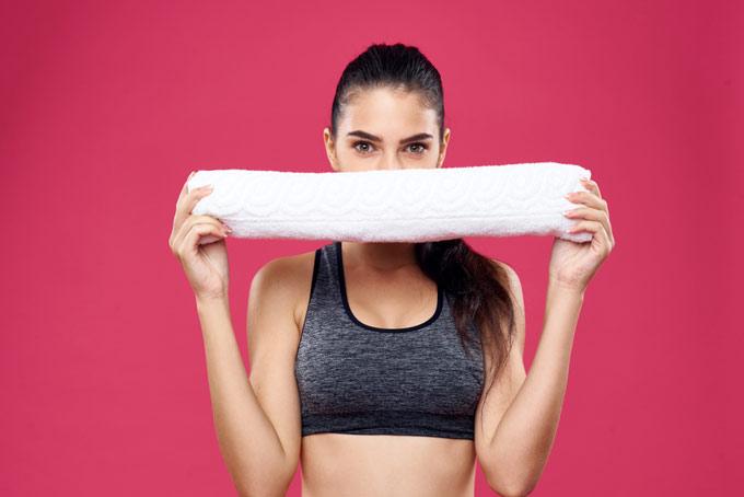 タオルを持っている女性の画像