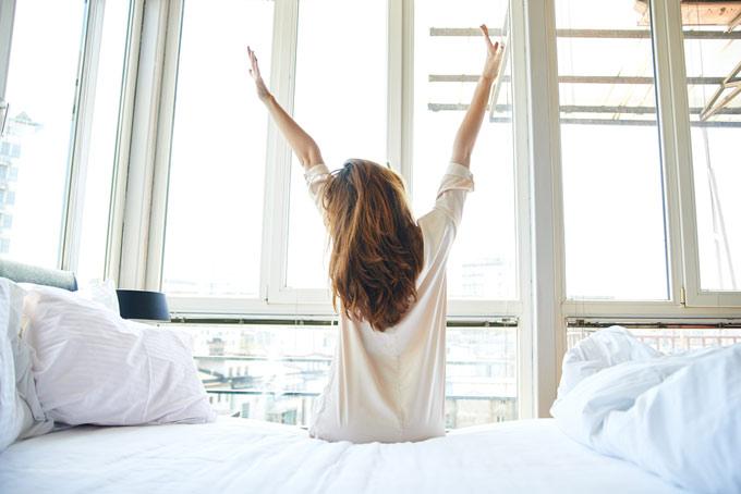 両手を上げている女性の画像