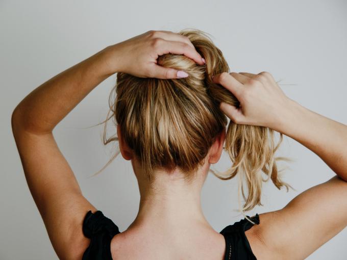 髪をしばる女性