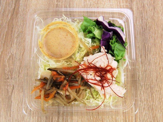 容器のふたを外した「根菜とサラダチキンのサラダ」の画像